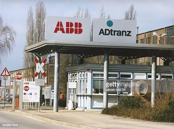 Über dem Werkseingang der Asea Brown Boveri im Berliner Stadtbezirk Pankow Ortsteil Wilhelmsruh das 'ABB' und 'Adtranz' Logo Neben dem...