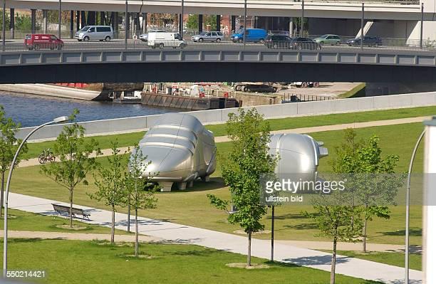 Überdimensionale Fussballschuhe vor dem Berliner Hauptbahnhof