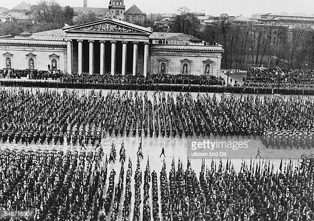 Überführung der Särge der Opfer desPutsches von der Feldherrnhalle zu denneu errichteten `Ehrentempeln derBewegung' auf dem Königlichen Platz Die...