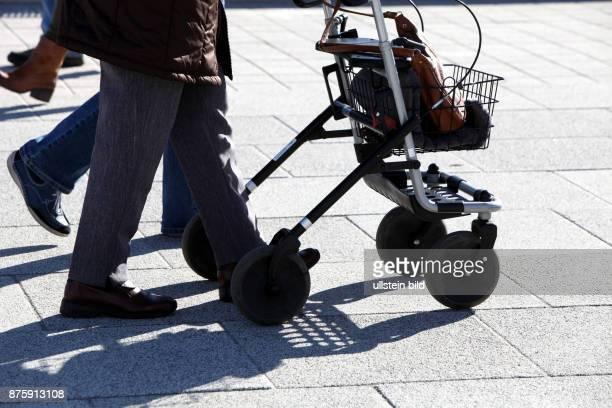 Bergheim NRW demographischer Wandel Senioren Rollator Rentner aeltere Menschen elektrischer Rollstuhl