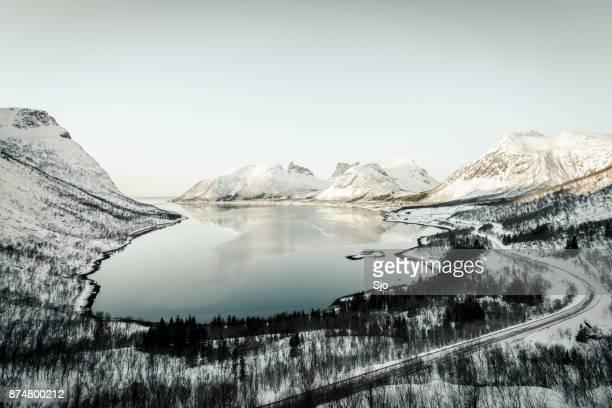 Winters aanblik van de Bergsfjorden op het eiland Senja in Noord-Noorwegen