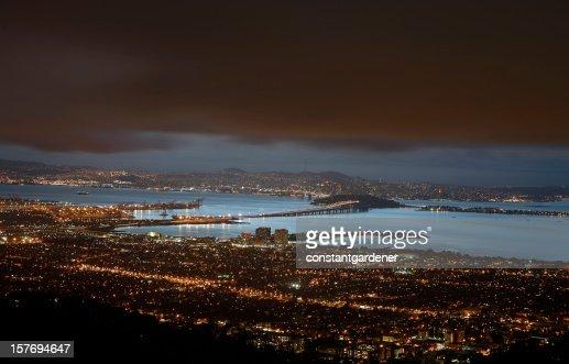 Berkeley, puente de la bahía de San Francisco y de las luces por la noche