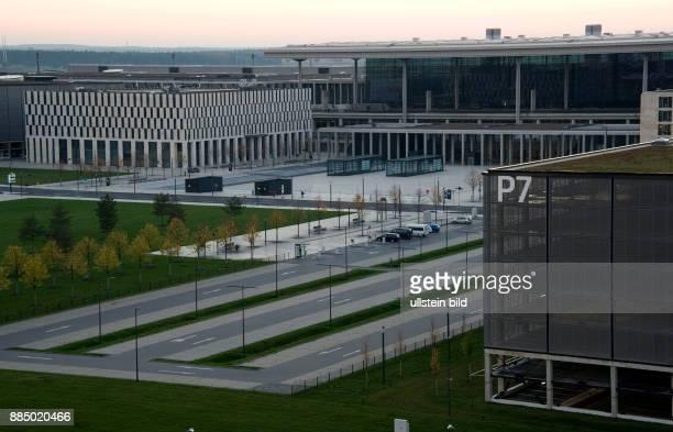 Berlin FlughafenBaustelle BER Blick auf die Haupthalle und Parkhäuser