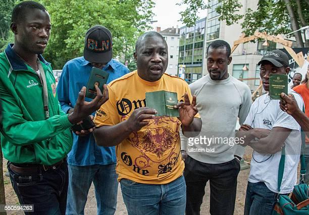 Berlin Flüchtlingscamp in BerlinKreuzberg auf dem Oranienplatz campen derzeit Flüchtlinge verschiedener Nationalitäten einige der Flüchtlinge zeigen...