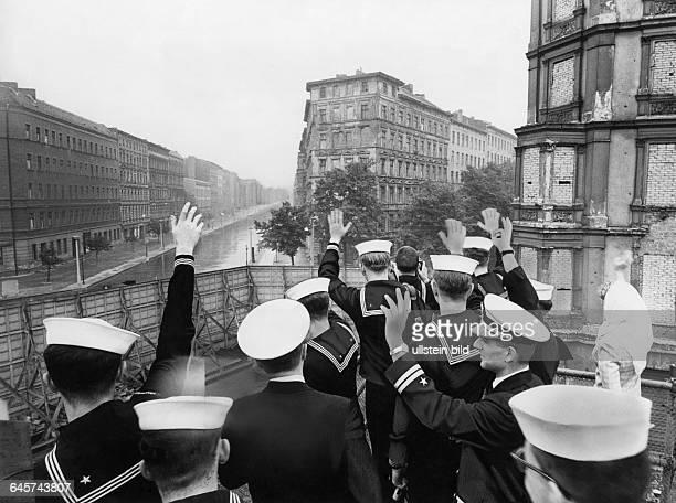 Berlin Amerikanische Matrosen an der Berliner Mauer in der Bernauer Strasse winken über die Mauer in den ostteil der Stadt