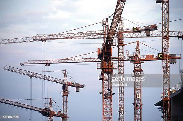 Berlin Baukräne ragen in BerlinMitte in den grauen Himmel Großbaustelle Baustelle Hochbau Bauboom Aufnahmedatum