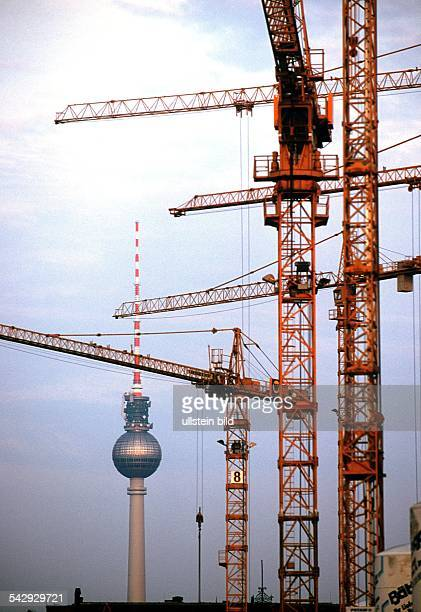 Berlin Baukräne ragen in BerlinMitte in den grauen Himmel im Hintergrund der Funkturm auf dem Alexanderplatz Großbaustelle Baustelle Hochbau Bauboom...