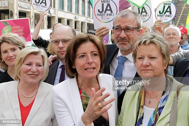 Berlin Bildaktion zur Ehe für alle vor dem Bundesrat Foto Eveline Lemke Malu Dreyer der Ministerpräsidentin von RheinlandPfalz Volker Beck Sprecher...