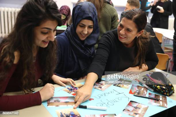 Berlin city Education Senator Sandra Scheeres sits down with Heleen and Nisreen both refugees from Syria at the extracurricular Germanlanguage...