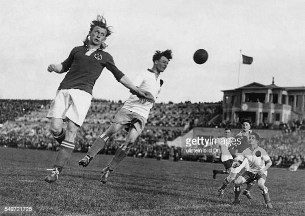 Deutsche Fussballmeisterschaft 1929/30 Hertha BSC gegen Tennis Borussia 31 im Berliner Stadion zwei Spieler springen zum Kopfball hoch