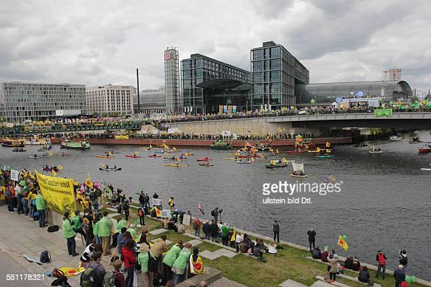 Berlin Deutschland 10 Mai 2014 EnergiewendeDemonstranten protestieren bei der Bootsdemo auf der Spree am Hauptbahnhof