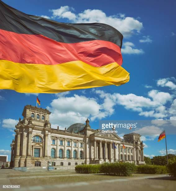 Berlin Deutschland Gebäude Reichstag mit deutscher Flagge an einem Sommertag