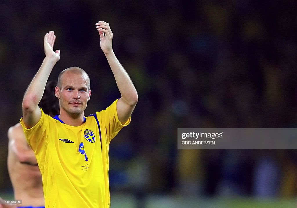 Swedish midfielder Freddie Ljungberg applauds at the end of the World Cup 2006 group B football game Sweden vs. Paraguay 15 June 2006 at Berlin stadium. Sweden won 1-0. AFP PHOTO ODD ANDERSEN
