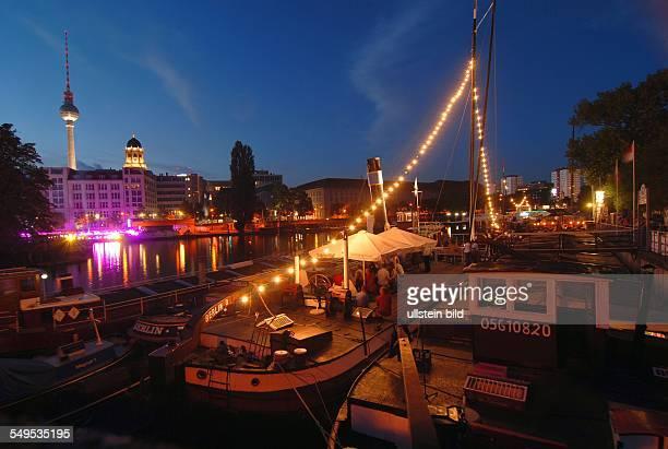 Berlin Hafenfest im Historischen Hafen am Maerkischen Ufer illuminierte Schiffe aus der Muehlendammschleuse in Richtung Treptow