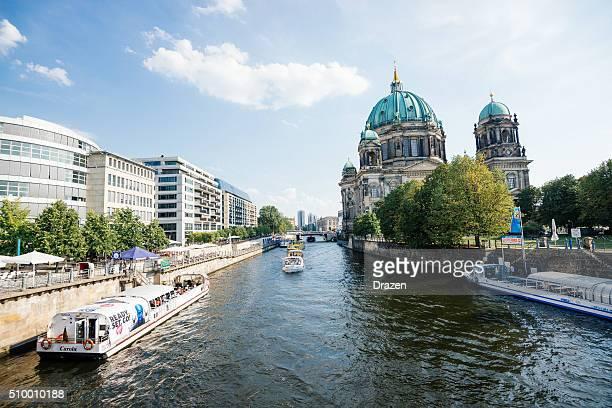 Berlin im Sommer Blick auf die Spree und sightseeing-Boot