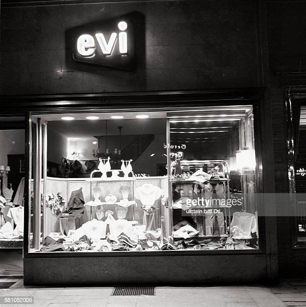Berlin in the postwar period View of a shop at the Kurfürstendamm at night Photographer Ernst Hahn