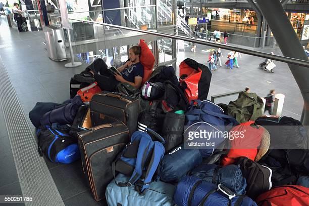 Berlin ist ein TouristenMagnet hier auf dem Berliner Hauptbahnhof fehlt offenbar ein Angebot an Sitzgelegenheiten fuer die Wartenden