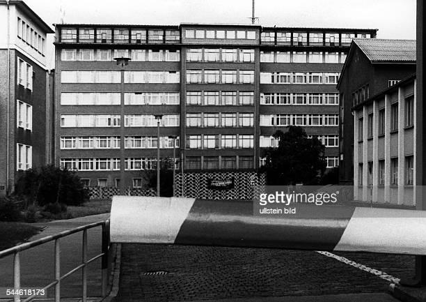 Schlagbaum vor dem Haupteingang des Gebaeudekomplexes des Ministerium fuer Staatssicherheit zwischen Normannenstrasse und Ruschestrasse undatiert vor...