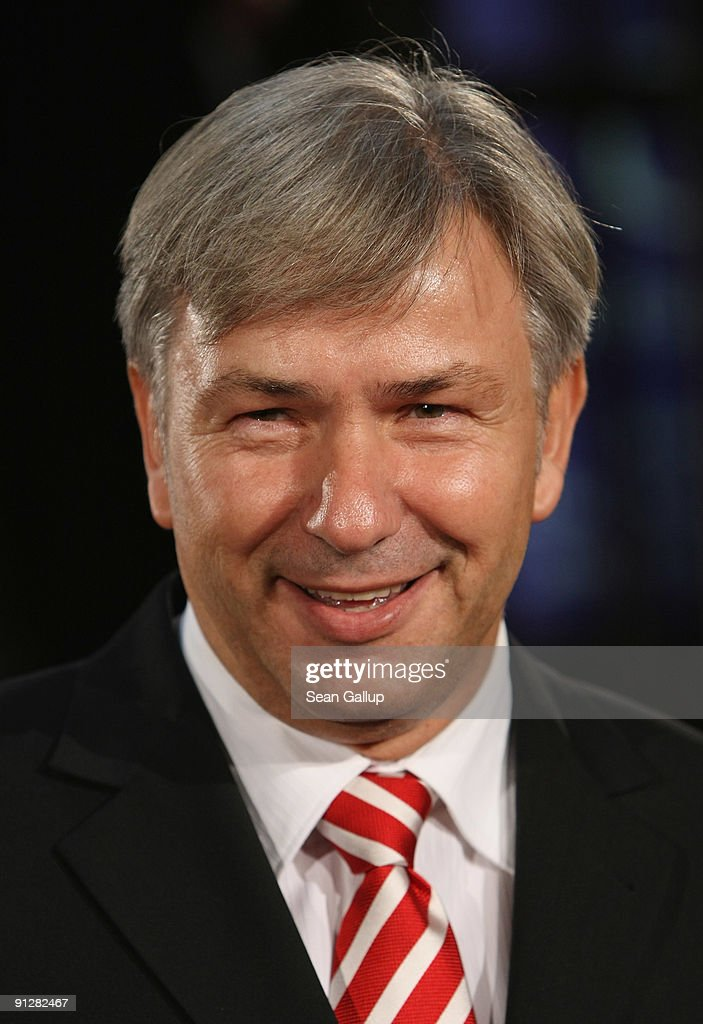Berlin Mayor <a gi-track='captionPersonalityLinkClicked' href=/galleries/search?phrase=Klaus+Wowereit&family=editorial&specificpeople=213527 ng-click='$event.stopPropagation()'>Klaus Wowereit</a> attends the Goldene Henne 2009 awards at Friedrichstadtpalast on September 30, 2009 in Berlin, Germany.