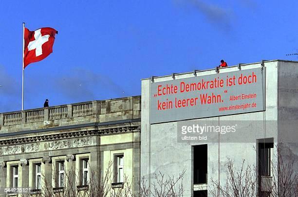 Verhuellungder Schweizer Botschaft anlässlich des EinsteinJahres 2005 IndustrieBergsteiger bringen ein Zitat von Albert Einstein am Gebaeude an