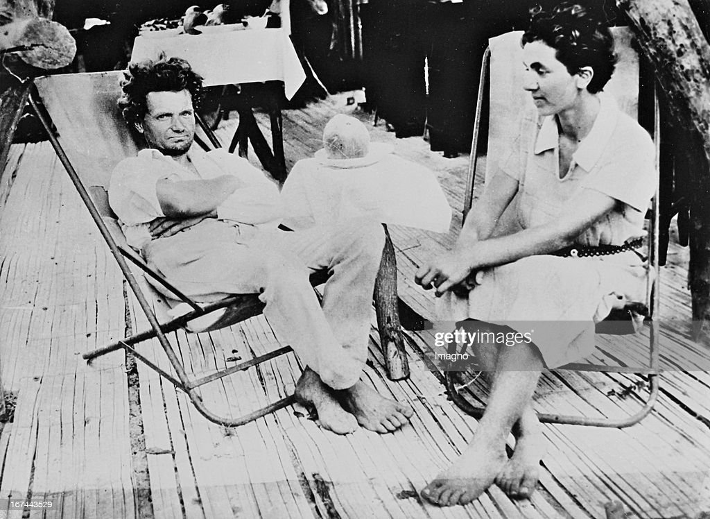 Berlin physician Friedrich Ritter and his companion Dore Körwin as dropouts on Marchena Island/Galapagos group. 1932. Photograph. (Photo by Imagno/Getty Images) Der Berliner Arzt Friedrich Ritter und seine Gefährtin Dore Körwin als Aussteiger auf der Marchena-Insel der Galapagos-Gruppe. 1932. Photographie.