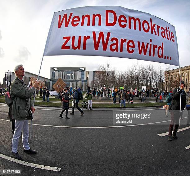 GER Berlin TTIP Demonstration vor dem Kanzleramt gegen Massentierhaltung Gentechnik und das Freihandelsabkommen TTIP 'Wenn Demokratie zur Ware wird'