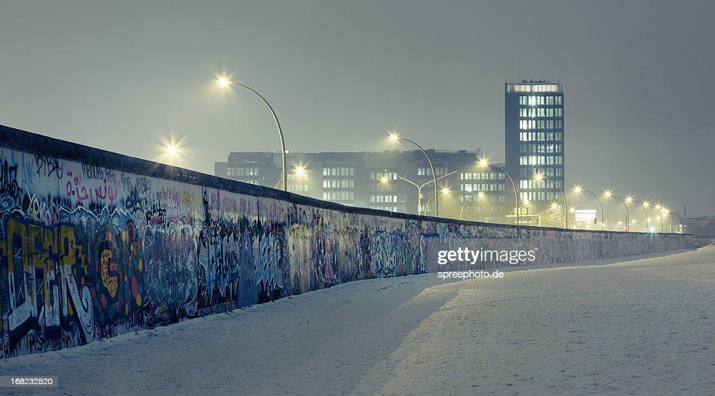 Berlin wall at winter with mist an nightlights : Foto stock