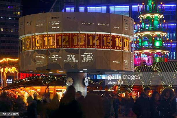 Berlin Weihnachtsmarkt auf dem Alexanderplatz die UraniaWeltzeituhr und Europas Groesste Erzgebirgspyramide Bundesrepublik Deutschland...