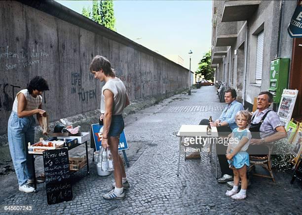 Berlin Westberlin Zimmerstrasse Kreuzberg im Juli 1986 einen Monat später ist das trennende Bauwerk 25 Jahre alt und gehört im weitesten Sinne für...