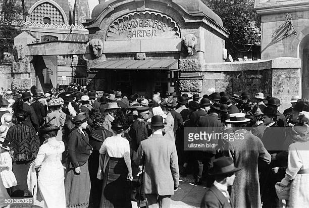 Berlin zoological garden people waiting in front of the entrance before 1914