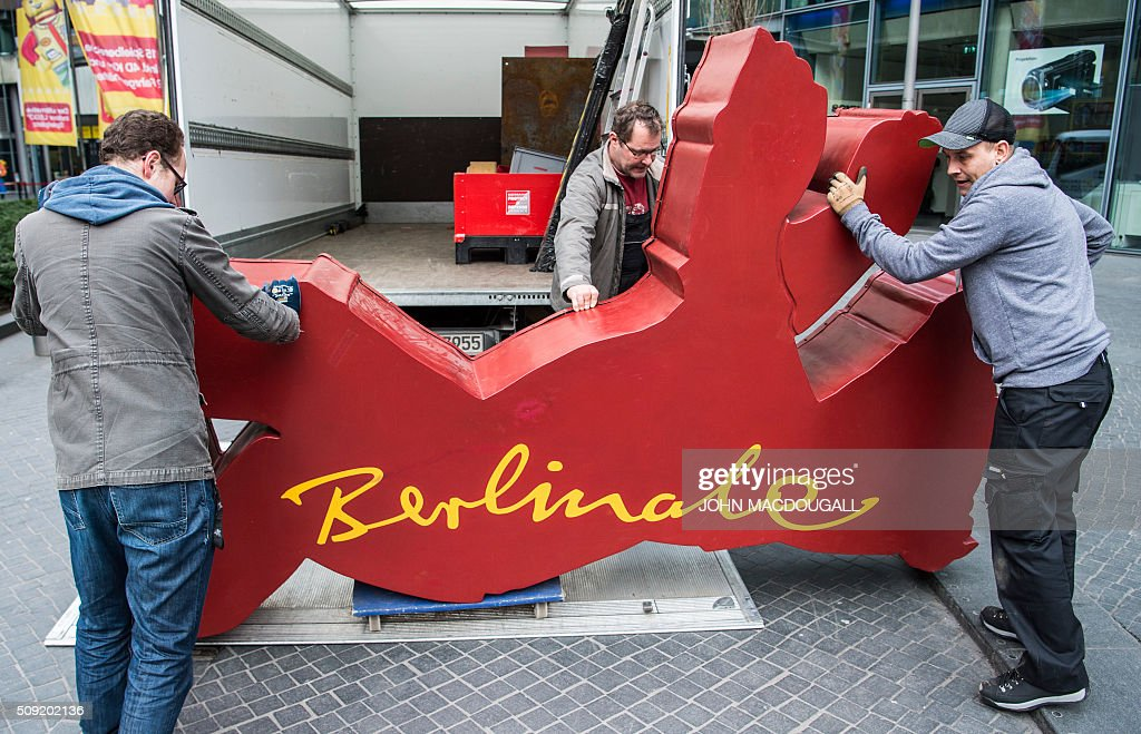 A Berlinale Film Festival Bear is moved off a a truck before being lifted into place near the Potsdamer Platz in Berlin on February 9, 2016. The 66th Berlin film festival starts February 11 with a spotlight on Europe's refugee crisis. / AFP / John MACDOUGALL