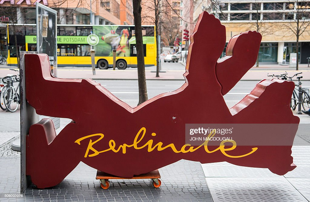 A Berlinale Film Festival Bear lays on its side before being lifted into place near the Potsdamer Platz in Berlin on February 9, 2016. The 66th Berlin film festival starts February 11 with a spotlight on Europe's refugee crisis. / AFP / John MACDOUGALL