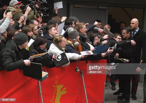 BerlinaleAutogrammjaeger am VIPTor seitlich im Gran Hyatt Hotel MarleneDietrichPlatz zur Pressekonferenz zum Film MONUMENTS MEN Matt Damon gibt...