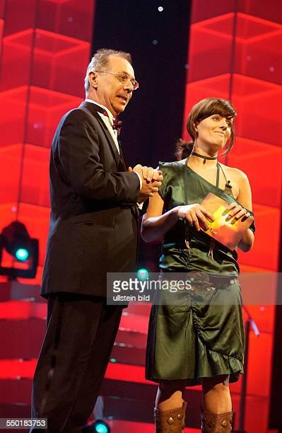 BerlinaleLeiter Dieter Kosslick und Moderatorin Sarah Kuttner während der Verleihung der Shooting Star Awards 2006 im Rahmen der 56 Internationalen...