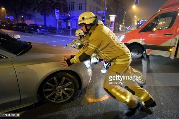 Berliner Feuerwehr bei der Beseitigung eines Verkehrshindernises nach einem Verkehrsunfall in BerlinPrenzlauer Berg