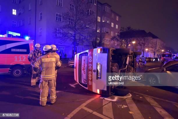 Berliner Feuerwehr bei einem Verkehrsunfall in BerlinPrenzlauer Berg