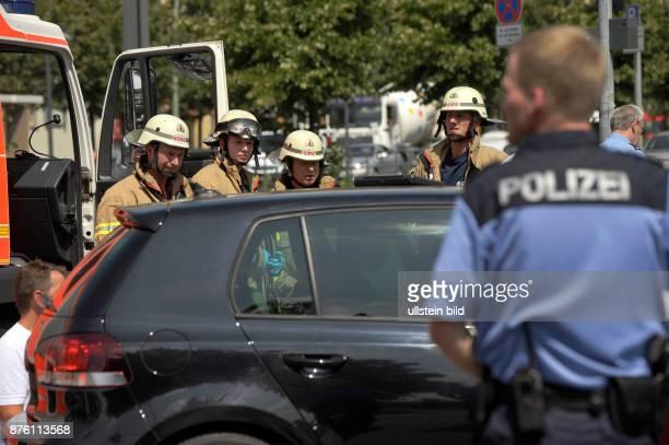 Berliner Feuerwehr im Einsatz bei einem Verkehrsunfall in BerlinPrenzlauer Berg
