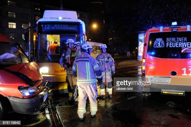 Berliner Feuerwehr im Einsatz bei einem Verkehrsunfall zwischen einer Tram und einem Transporter in BerlinPrenzlauer Berg