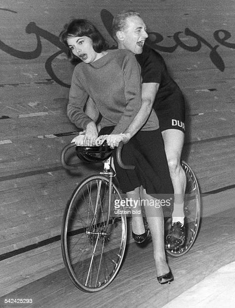 Klaus Bugdahl fährt eine Ehrenrunde mit der Filmschauspielerin Karin Dor 1962