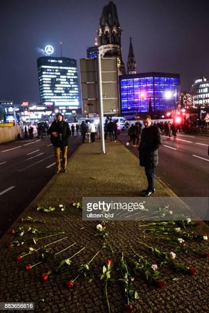 Berliner trauern 24 Stunden nach dem LastwagenAnschlag auf den Weihnachtsmarkt am Breitscheidplatz vor einem Herz aus Rosen an der Stelle wo Anis...