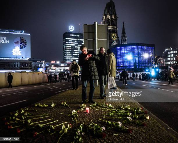 Berliner trauern 24 Stunden nach dem LastwagenAnschlag auf den Weihnachtsmarkt am Breitscheidplatz vor einem Herz aus Rosen âÄ' an der Stelle wo Anis...