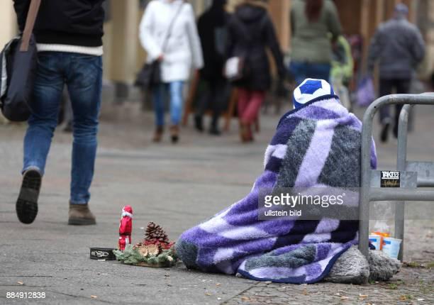 BerlinMitte Armut in Deutschland Bettelnder wohnungsloser Mann mit einer kleinen Weihnachtsdeko in der Adventszeit im Bereich eines Einkaufszentrums...