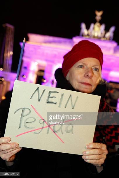 Mahnwache des Zentralrats der Muslime am Pariser Platz vor dem Brandenburger Tor Tausende Menschen nehmen an der Mahnwache für Weltoffenheit und...