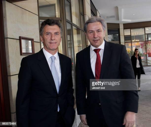 Berlins Regierender Bürgermeister Klaus Wowereit begrüsst seinen Amtskollegen aus Argentinien Mauricio Macri Bürgermeister von Buenos Aires in Berlin