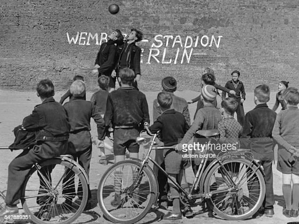 Kinder spielen zwischen Ruinen an der Ruegener Straße SK Swinemuender Strasse gegen FC Ruegener Straße an der Brandmauer steht mit Farbe geschrieben...