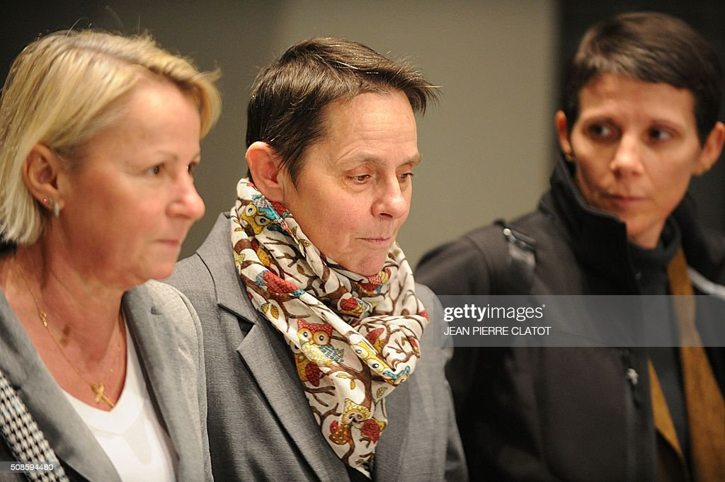 Bernadette Dimet (C) flanked by relatives, walks free out of the courtroom on February 5, 2016 in Grenoble, eastern France. The court of Grenoble handed on February 5 a suspended five-year jail sentence to Dimet who shot dead her abusive husband, less than a week after President Francois Hollande pardoned a woman jailed in a similar case. / AFP / JEAN
