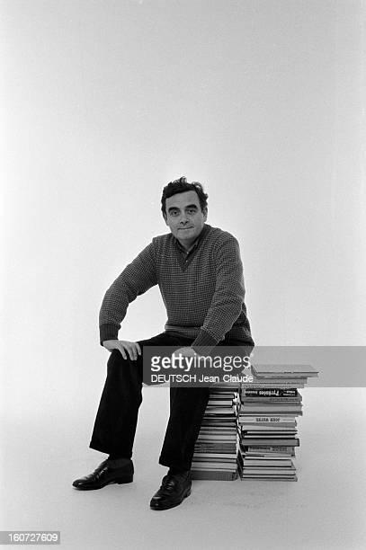 Bernard Pivot In Studio Paris 17 décembre 1982 l'animateur de l'émission 'Apostrophes' Bernard PIVOT en studio à l'occasion d'un sondage Paris Match...