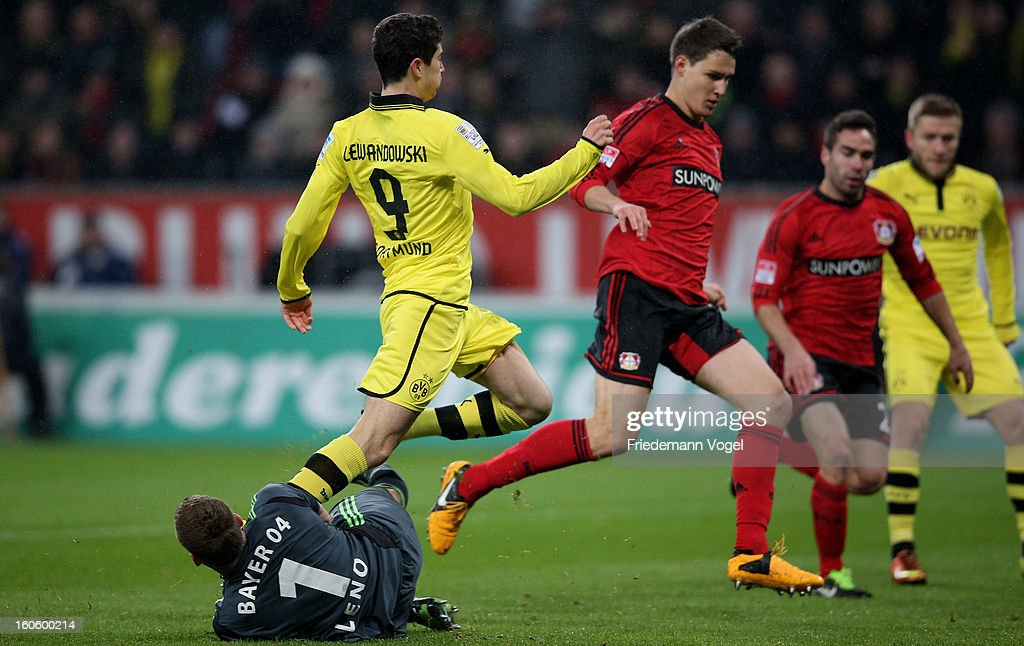 Bernd Leno (L) of Leverkusen and Robert Lewandowski (C) of Dortmund battle for the ball during the Bundesliga match between Bayer 04 Leverkusen and Borussia Dortmund at BayArena on February 3, 2013 in Leverkusen, Germany.