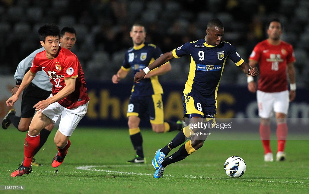 Bernie Ibini of the Mariners controls the ball ahead of <a gi-track='captionPersonalityLinkClicked' href=/galleries/search?phrase=Sun+Xiang&family=editorial&specificpeople=2167195 ng-click='$event.stopPropagation()'>Sun Xiang</a> of Evergrande during the AFC Asian Champions League match between the Central Coast Mariners and Guangzhou Evergrande at Bluetongue Stadium on May 15, 2013 in Gosford, Australia.