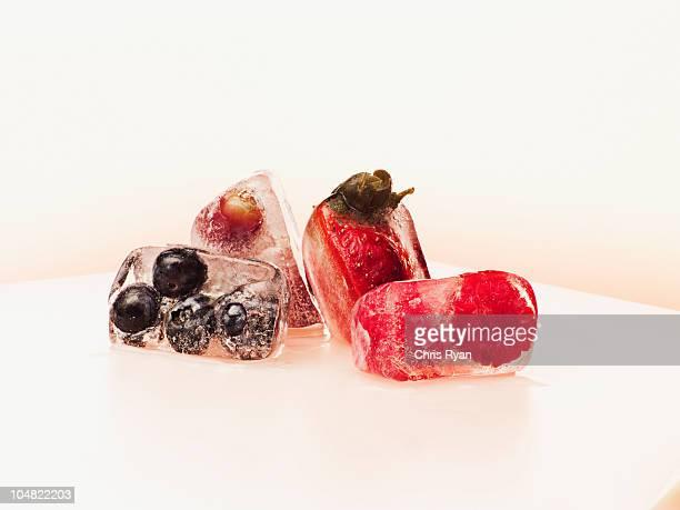 Beeren in Eiswürfel Eingefroren